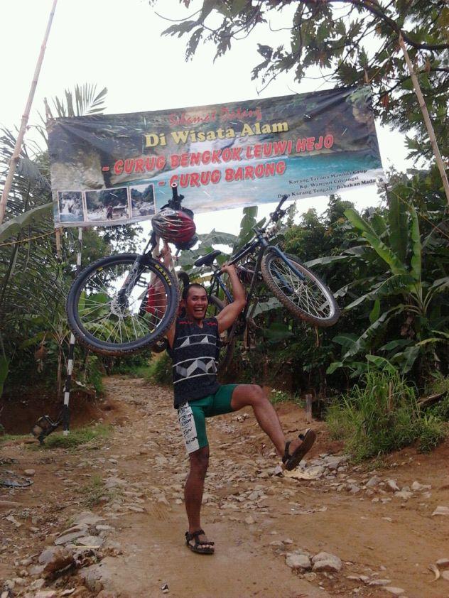 Om Prambudi, sang sweaper.