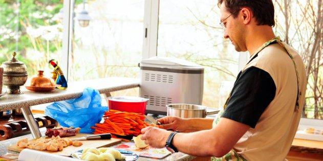 6-alasan-wanita-tertarik-pada-pria-jago-masak